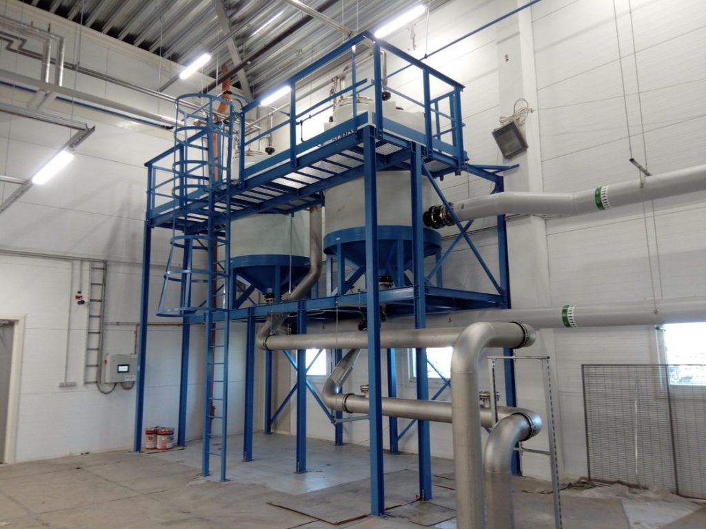 Vedenkäsittely laitteisto asennettuna teollisuuslaitokseen.